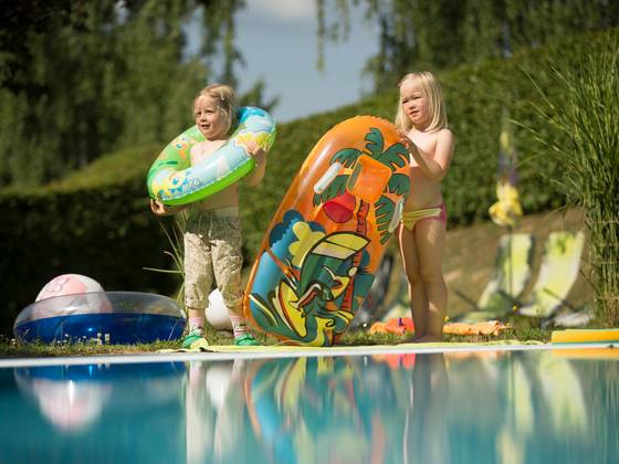 Kinder am Pool des Hotels Waldhof Muhr